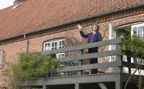 Lisbeth giver den som baronessen af Clausholm