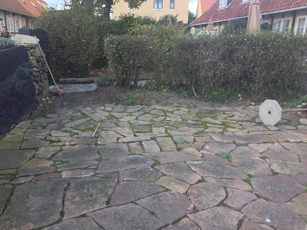 gammel belægning i gårdhave